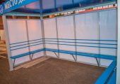 Скамья из деревянного настила по трем сторонам павильона для курения