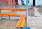 Скамья и спинка — деревянный настил с покрытием морилкой и лаком — располагается по трем сторонам
