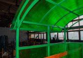 Крыша также обшивается сотовым поликарбонатом (в данном изделии в тон боковым стенкам)