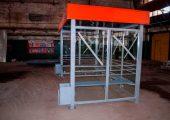 Опорные стойки из профилированных труб 100 на 100 мм обеспечивают устойчивость конструкции