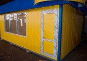 Дверь располагается в угловой части павильона