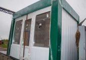 На фасадной части павильона дверь и окна ПВХ