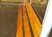 Скамья со спинкой — деревянный настил, покрытый морилкой и лаком
