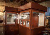 Оконные рамы поста охраны окрашены в коричневый цвет