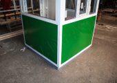 Пост охраны обшит гладким листом с полимерным покрытием зеленого цвета