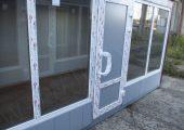 Дверь ПВХ по центру фасада с металлическими вставками